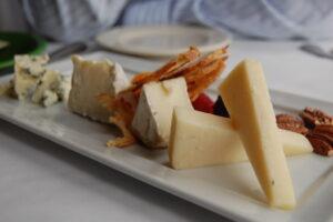 Nogle - ikke alle - oste indeholder probiotiske bakterier